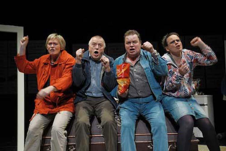 Auf der Bühne im Kleinen Haus des Oldenburgischen Staatstheaters herrschte bei Betahlt warrt nich! ein Ausnahmezustand – Krawall und Protest.