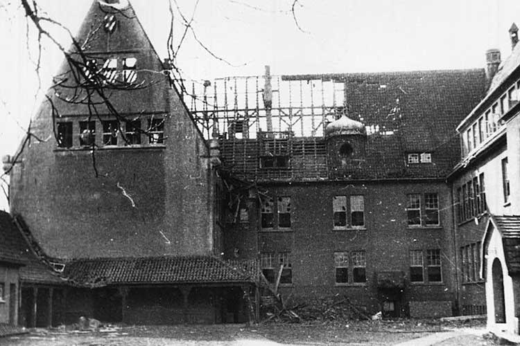 Blick auf den ausgebrannten Ostflügel der Cäcilienschule nach einem Bombentreffer am 18. März 1941.