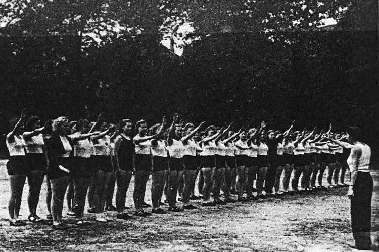 Turnabitur 1944 an der Oldenburger Cäcilienschule beginnend mit dem Hitler-Gruß.