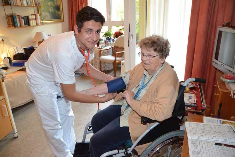 Djamel Boudjemai strahlt wenn er über seinen Beruf spricht. Der 23-Jährige wird Altenpfleger und macht im nächsten Jahr seine Prüfung.