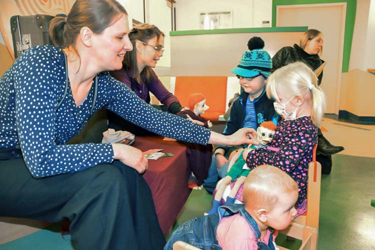 Die Puppenspielerinnen Annekatrin Stauß und Julia Warneke kommen seit sechs Wochen in die onkologische Ambulanz des Klinikums Oldenburg.
