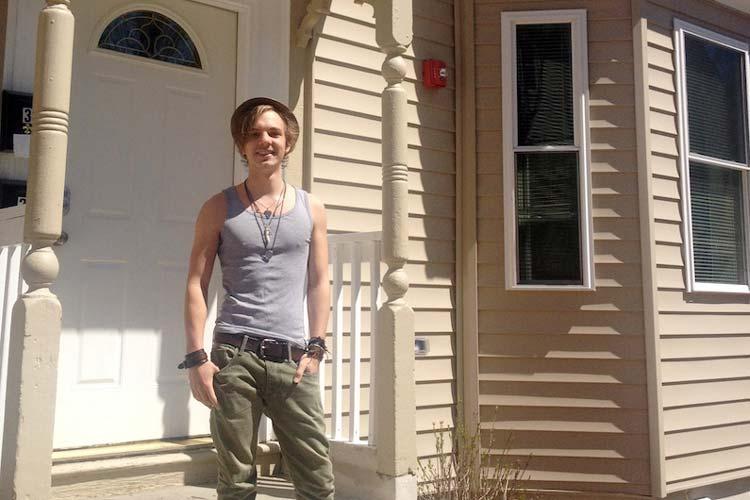 Jannek Zechner vor seiner Mietwohnung in Boston.