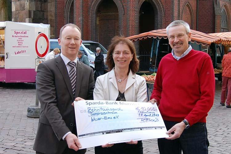 Markus Fettback von der Sparda-Bank Oldenburg überreicht Dagmar Lienau und Dr. Markus Otremba einen Scheck über 10.000 Euro für die Krebsberatungsstelle Oldenburg.