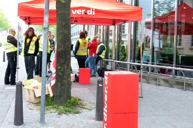 Vor dem NWZ-Gebäude in der Oldenburger Peterstraße streikten die Beschäftigte der NWPP.
