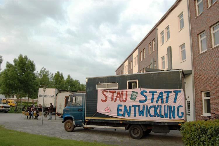 Die Wagenburg campiert vor dem Technischem Rathaus in Oldenburg.
