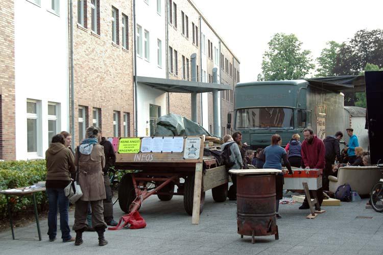 Am gestrigen Donnerstag haben einige Bewohner der Wagenburg mit Gästen vor dem Technischen Rathaus der Stadt ein Camp aufgeschlagen.