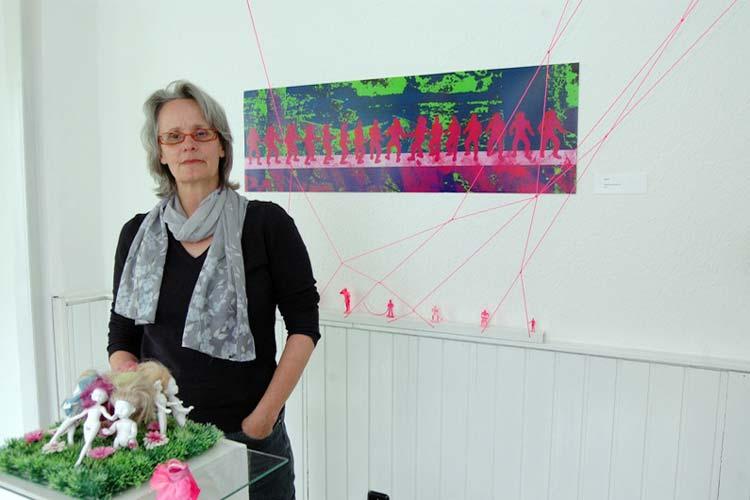 Beate Lama inmitten ihrer Ausstellung in den Räumen des Projekts 3×3 in Oldenburg.
