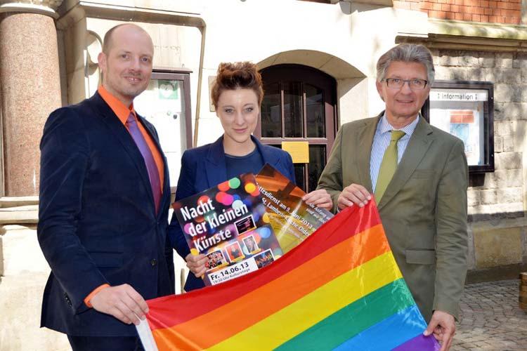 Kai Bölle, Annie Heger und Gerd Schwandner (von links) werben für den CSD am 15. Juni in Oldenburg.