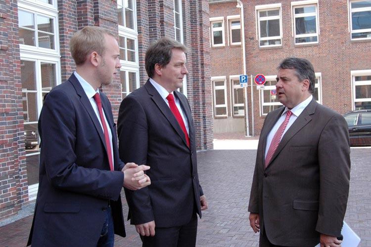 Dennis Rohde, Jürgen Krogmann und Sigmar Gabriel vor der alten Fleiwa.