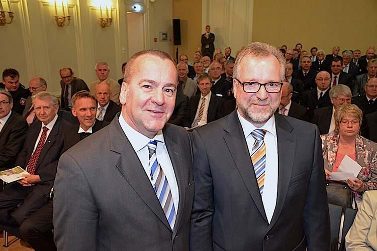 Innenminister Boris Pistorius (links) führte Johann Kühme heute offiziell in das Amt des Polizeipräsidenten ein.