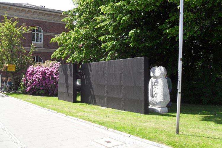 Vor dem Kulturzentrum PFL soll künftig die Gedenkwand stehen. Bei dieser Gedenkwand handelt es sich um einen Computerentwurf.