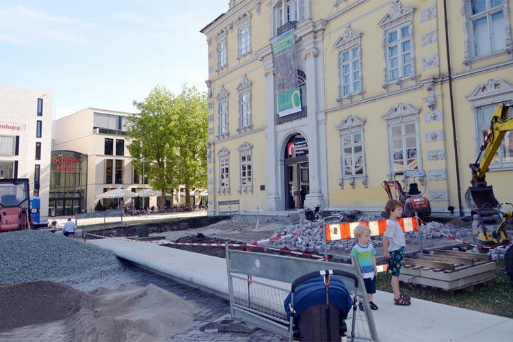 Noch befindet sich vor dem Oldenburger Schloss eine große Baustelle. Doch im August kann hier mit Blick auf den Schlossplatz und die Lambertikirche Kaffee getrunken werden.