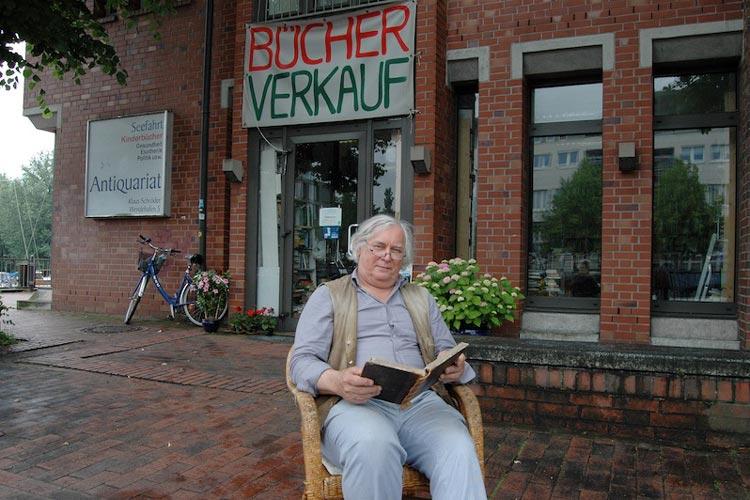 Pu Schröder vor seinem Antiquariat am Oldenburger Wendehafen.