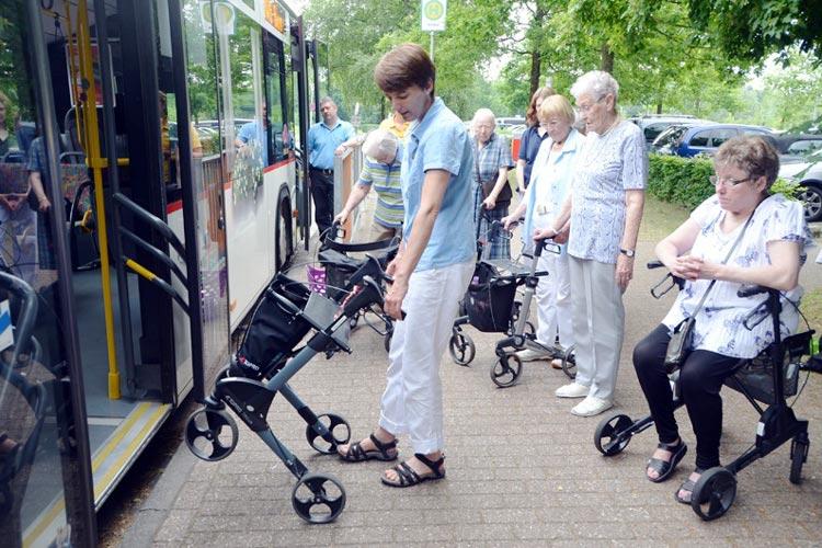 Angela Exner-Wallmeier demonstriert, wie man am sichersten mit dem Rollator in den Bus einsteigt.