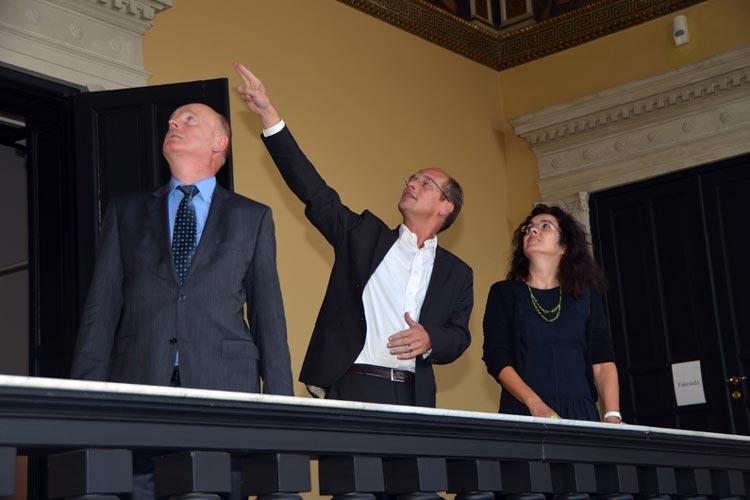 Klaus Wieting und Dr. Rainer Stamm zeigten der Ministerin Gabriele Heinen-Kljajić das Augusteum mit seinem außergewöhnlichen Treppenhaus.