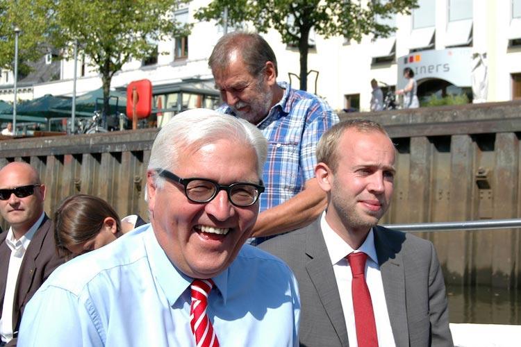 Frank Walter Steinmeier und Dennis Rohde sitzen in einem Boot.