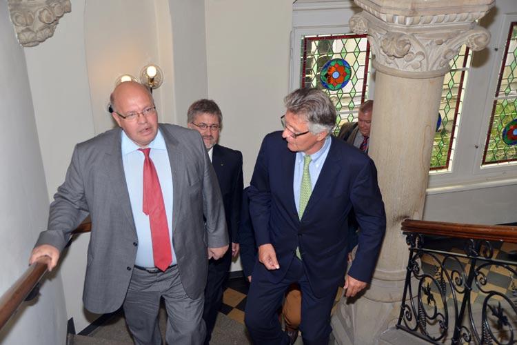 Peter Altmaier und Gerd Schwandner auf dem Weg in den Ratssaal.