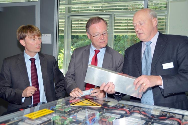 Prof. Dr. Carsten Agert, Institutsleiter von Next Energy und Dr. Wedigo von Wedel, Bereichsleiter Energiespeicher bei Next Energy zeigten Ministerpräsident Stephan Weil das Institut.