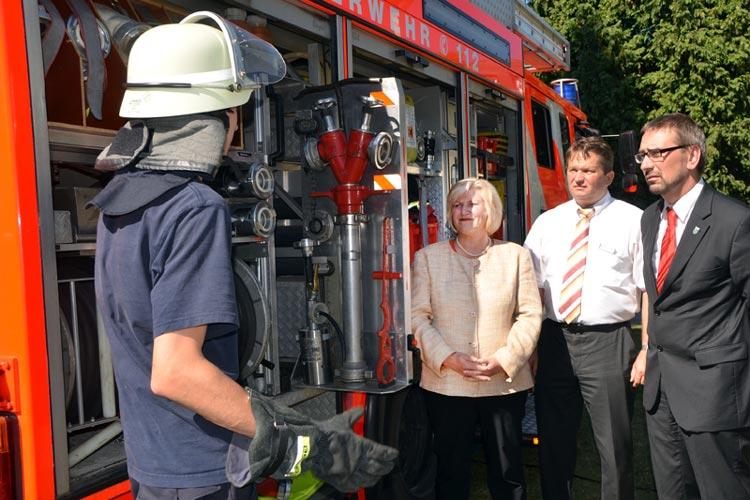 Sozialministerin Cornelia Rundt ließ sich in Gegenwart von BVO-Verbandsgeschäftsführer Frank Diekhoff und BVO-Verbandsvorsitzendem Sven Ambrosy von einem Feuerwehrmann moderne Feuerwehrtechnik erklären.