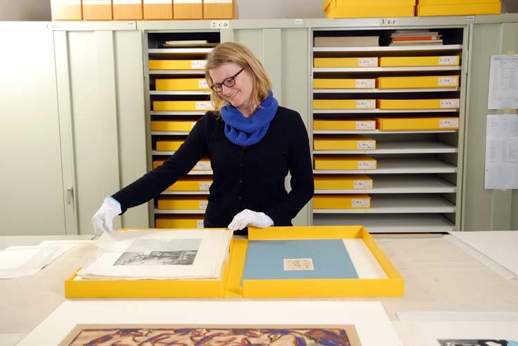 Anna Heckötter bei der Sichtung der Grafischen Sammlung.