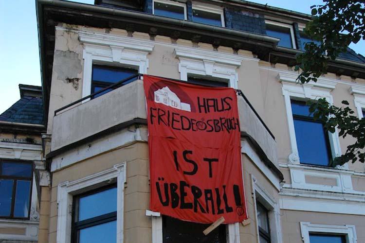 Unter dem Motto Haus Friedensbruch ist überall wollten Aktivisten offensichtlich auf Leerstände in Oldenburg aufmerksam machen.