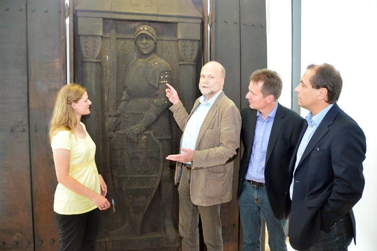 Museumsmitarbeiterin Franziska Boegehold, Uwe Meiners, Andreas von Seggern und Friedrich Scheele freuen sich über den guten Zustand von Isern Hinnerk.