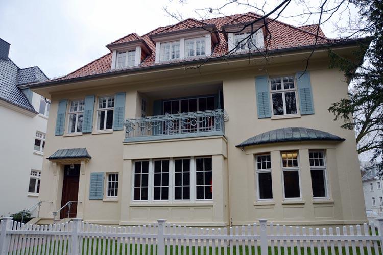 12.673 Bände der einstigen Karl Jaspers Bibliothek befinden sich ab sofort in der Karl Jaspers Bibliothek in einer Villa, Unter den Eichen 22, in unmittelbarer Nähe des ehemaligen Oldenburger Landtags. Das Haus befand sich lange im Besitz des Landes.