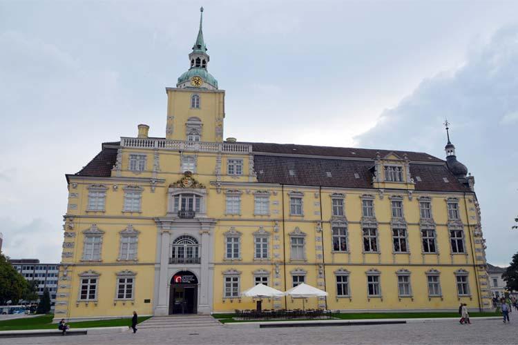 Der Schlossturm des Oldenburger Schlosses wird ab sofort saniert.