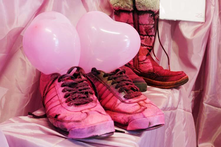 Die Organisatorinnen rufen dazu auf, Fotos von pinken Schuhen oder die Schuhe selbst einzusenden, aus denen dann eine künstlerische Installation gefertigt wird.