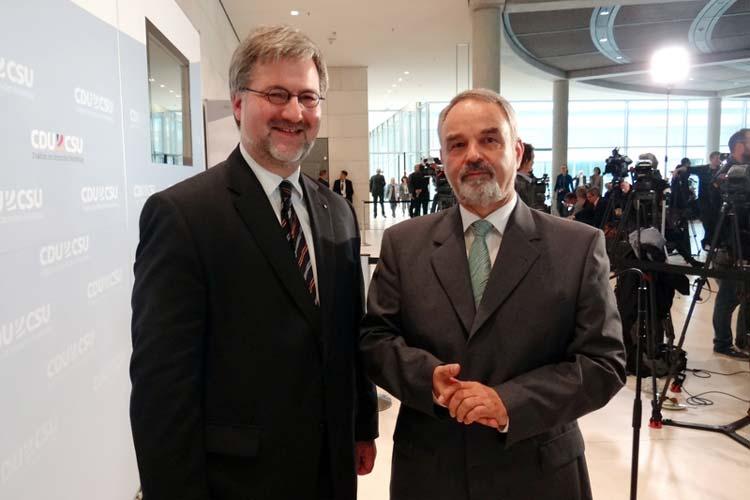 Stephan Albani und Parlamentarischer Staatssekretär Thomas Kossendey.