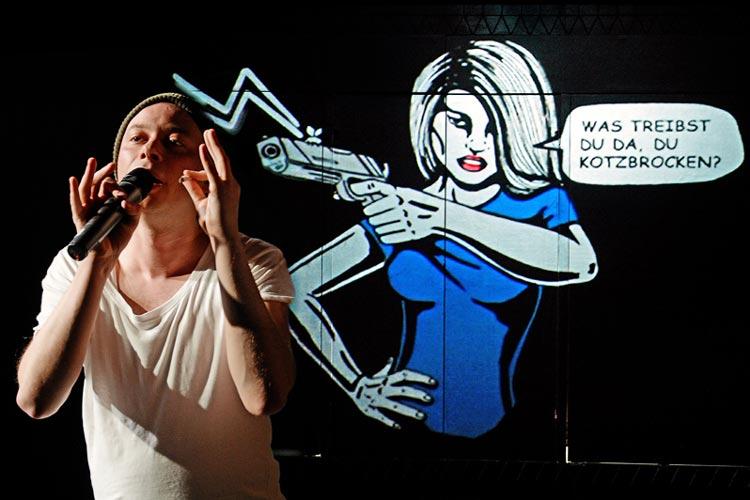 Das Junge Staatstheater feierte die Premiere des Stücks Superhero: Donald Delpe entwirft Comichelden und wünscht sich nichts mehr als Sex.
