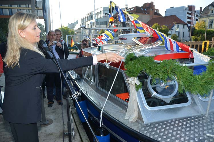 Universitätspräsidentin Prof. Dr. Babette Simon taufte das ICBM-Forschungsboot auf den Namen Zephyr.