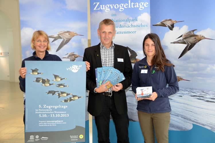 Peter Südbeck präsentierte zusammen mit Petra Potell (links) und Kathrin Horvath, Praktikantin aus Wien, das Programm der Zugvogeltage 2013.