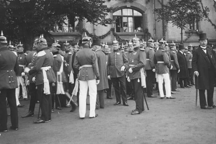 Sammeln vor einer Parade-Infanteriekaserne am Pferdemarkt 1913.