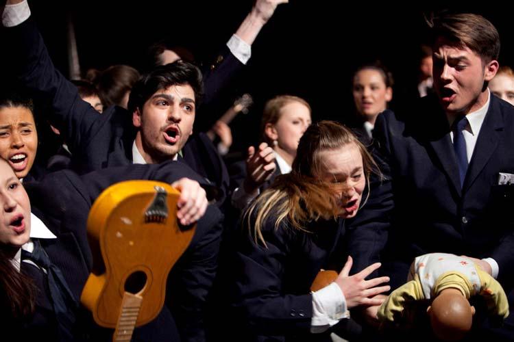 Der Jugendclub Bluebox des Staatstheater Mainz präsentiert die Inszenierung So jung kommen wir nicht mehr zusammen,