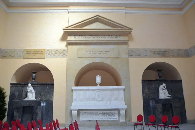 hDas sanierte herzogliche Mausoleum auf dem Oldenburger Gertrudenkirchhof mit der Grabstätte des Herzogs, seiner Frau und dem tot geborenen Kind.