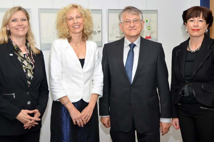 Uni-Präsidentin Prof. Dr. Babette Simon, Klaus von Klitzing und Dr. Stephanie Abke von der EWE-Stiftung gratulierten Kerstin Gleine, die für ihren engagierten MINT-Unterricht ausgezeichnet wurde.