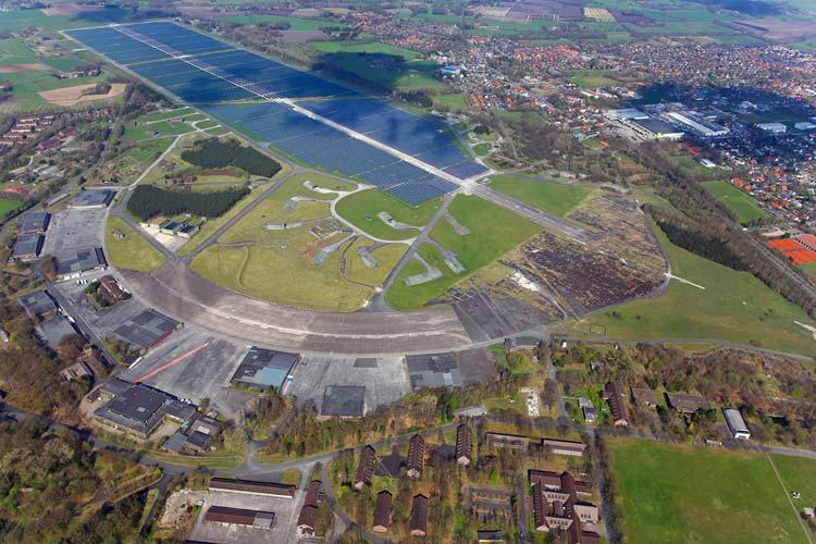 Bei dem sichelförmigen Fliegerhorst-Areal handelt es sich um die 110 Hektar, die die Stadt jetzt gekauft hat. Der Solarpark befindet sich auf den bereits erworbenen 80 Hektar.
