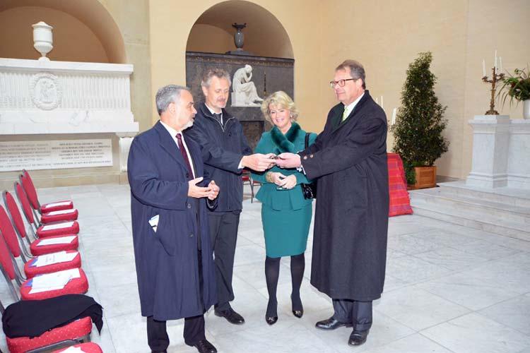 Bei der Schlüsselübergabe für das Mausoleum im Oktober kündigte Christian Herzog von Oldenburg (rechts) Totenruhe an. Inzwischen hat er seine Haltung geändert und lädt zum Tag der offenen Tür.