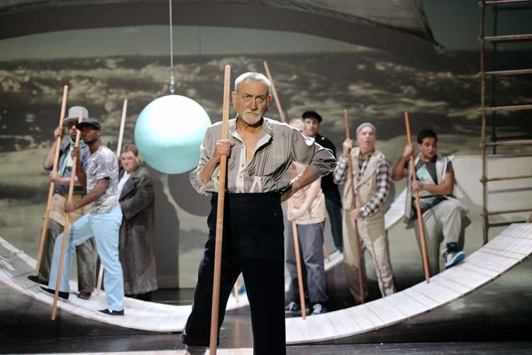 Die Premiere von Moby Dick sorgte im ausverkauften Kleinen Haus für eindrucksvolle 90 Minuten, die am Ende mit Bravo-Rufen gefeiert wurde.