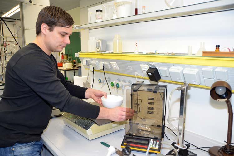 Nick Kistowski hat viel mit Energie- und Umwelttechnik zu tun und arbeitet deshalb oft im Labor.