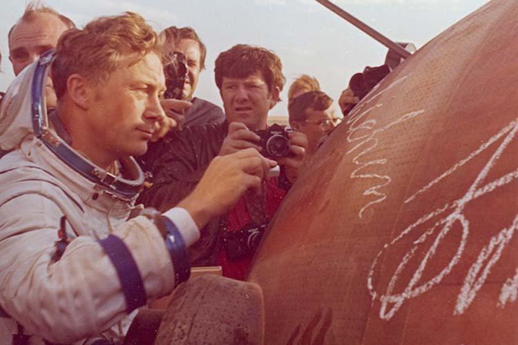 Sigmund Jähn gleich nach der Landung der Kapsel in der Steppe. width=
