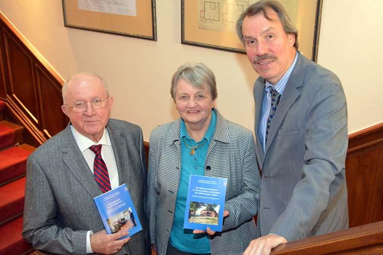 Hans-Ulrich Minke, Gisela Borchers und Dr. Michael Brandt (von links) stellten die beiden Bücher zum Thema Vertriebene vor.