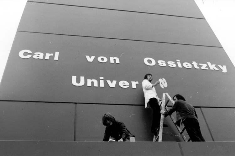 1974 bringen Studierende der Universität Oldenburg den Schriftzug Carl von Ossietzky an, der ein Jahr später unter Polizeischutz wieder entfernt wird.
