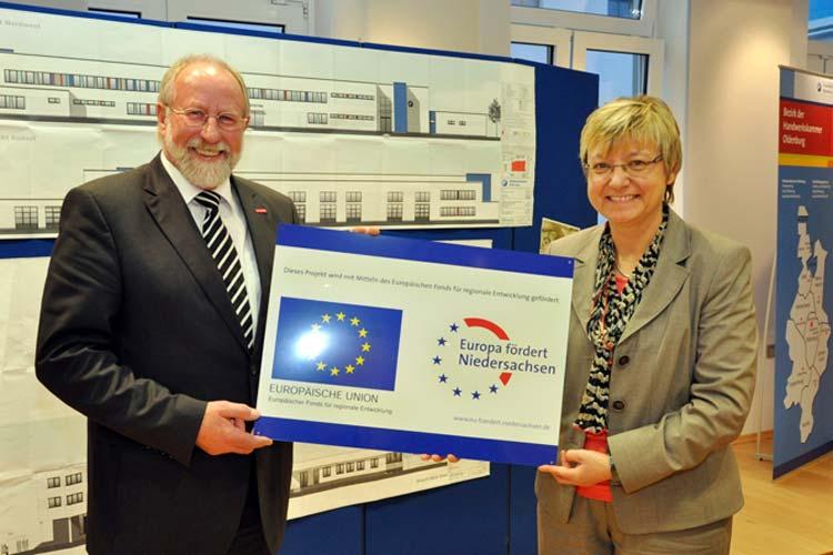 Kultusministerin Frauke Heiligenstadt hatte neben dem Zuwendungsbescheid ein Schild für HWK-Präsident Wilfried Müller im Gepäck. Die Tafel wird nach der energetischen Modernisierung einen festen Platz im BBZ bekommen.