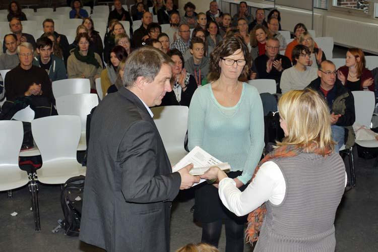Ahlke Eiben vom Herbartgymnasium übergab im Namen von zehn Schulen die Protestresolution an Jürgen Krogmann und Susanne Menge.