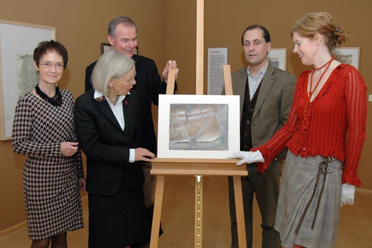Der Bestand des Horst-Janssen-Museums ist um ein Werk reicher: Die frühe Landschaftszeichnung Ornakärr wurde als Dauerleihgabe überreicht.