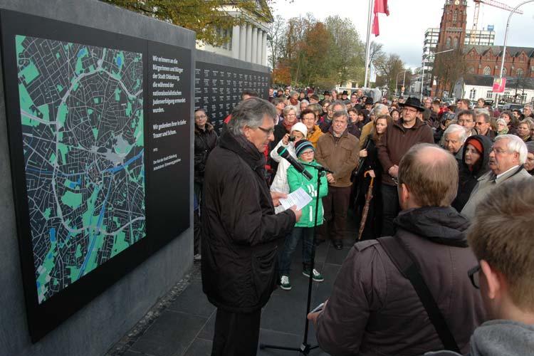 berbürgermeister Gerd Schwandner erinnerte in seiner Ansprache an die Schicksale der 167 Oldenburger Juden. Schülerinnen und Schülern der IGS Flötenteich, die auch den Erinnerungsgang organisiert hatten, gedachten der Opfer mit Kerzen.