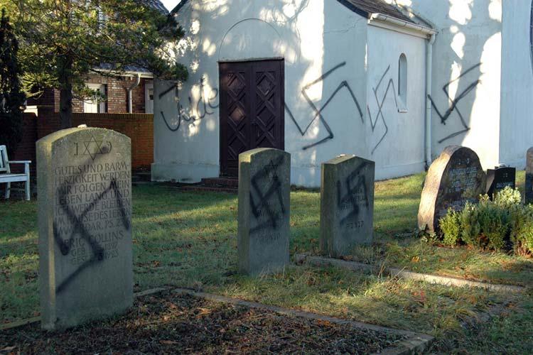 Erneut wurde der jüdische Friedhof in der Dedestraße in Oldenburg-Osternburg von Nazis heimgesucht. Acht Gräber und die Trauerkapelle wurden mit Hakenkreuzen und dem Wort Jude beschmiert. Das bemerkte am vergangenen Sonntag ein Besucher.