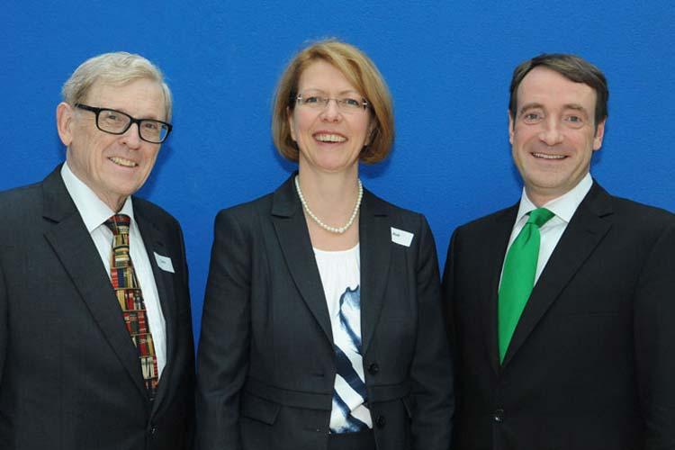 Prof. Dr. Volker Claus, Prof. Dr. Susanne Boll und Bernd Siebenhüner feiern 25 Jahre Fachbereich Informatik an der Universität Oldenburg.